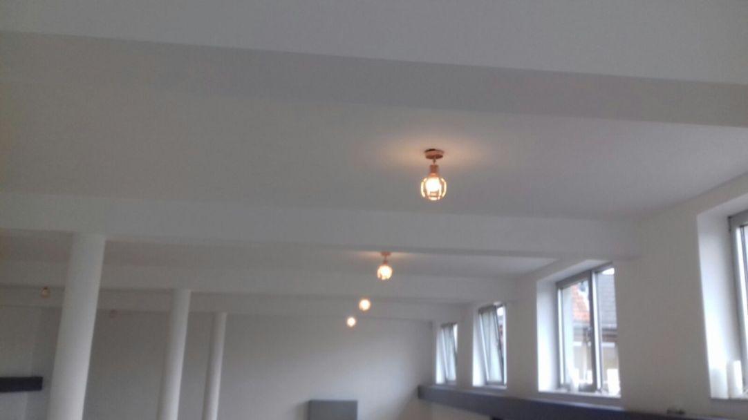 yogazaal met sfeerverlichting - Sarat's Paripoorna Yoga Huis Aalst